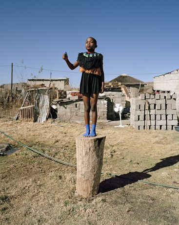 Namsa Leuba, Zulu Kids #5, Thumbs Up, 2014, Courtesy Art Twenty One