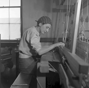 Anni Albers in her weaving studio at Black Mountain College, 1937. The Josef and Anni Albers Foundation, Bethany CT Photograph by Helen M. Post ©The Josef and Anni Albers Foundation, VEGAP, Bilbao, 2017