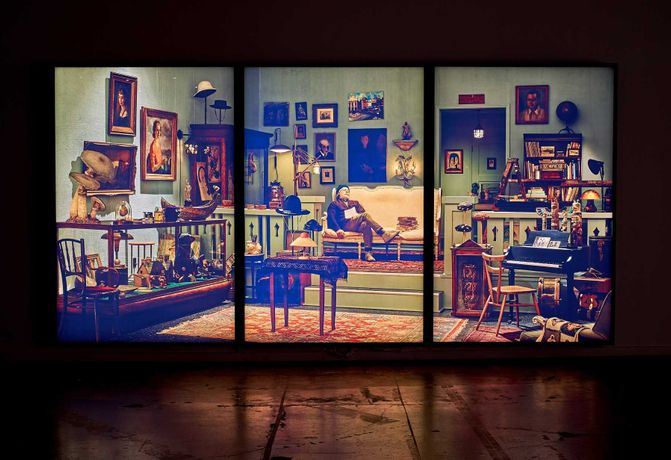 Rodney Graham, Antiquarian Sleeping in his Shop, 2017, Ed. 1/3 EA, 3 painted aluminium lightboxes with transmounted chromogenic transparencies, 108 5/8 x 218 3/4 x 7 (275,9 x 555,6 x 17,8 cm) Photographie de Romain Guilbault