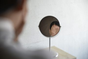 Nonfacial Mirror by Shinseungback Kimyonghun. A mirror that turns away? Yes, Nonfacial Mirror avoids faces. One can look at his or her face in the mirror only when it's a nonface. The irony that one has to make its face a nonface to see it brings to mind the current situation that humans need to think beyond humanity to find its originality against AI. Credits by Shinseungback Kimyonghun.