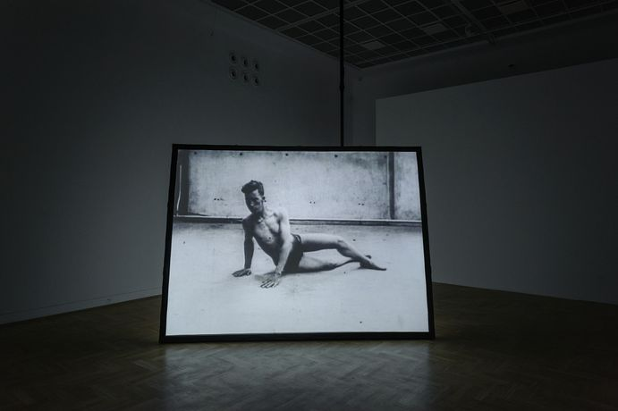 Douglas Gordon, 10ms-1, 1994. Video installation, Dimensions variable. Installation view Zacheta, Warsaw, 2017. © Studio lost but found, Berlin / DACS 2018 / VG Bild-Kunst, Bonn 2018. Photo Studio lost but found / Frederik Pedersen