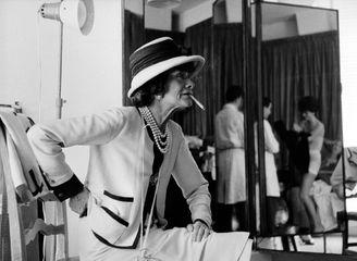 Coco Chanel in her atelier 31 Rue Cambon, Paris, 1962 ©Douglas Kirkland/Photo Op