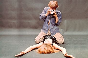Photo: David Hemmings and Veruschka von Lehndorff in Blow-Up (Director: Michelangelo Antonioni), BFI Stills, 1966 © Tazio Secchiaroli / Neue Visionen Filmverleih GmbH / Turner Entertainment Co. – A Warner Bros Entertainment Company