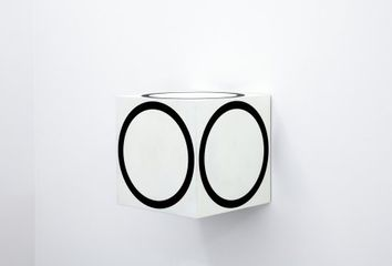 Channa Horwitz, Circles on a Cube, 1968/2011, Lack auf Holz,40 x 40 x 40 cm, Courtesy Nachlass Channa Horwitz und François Ghebaly Gallery, Los Angeles.