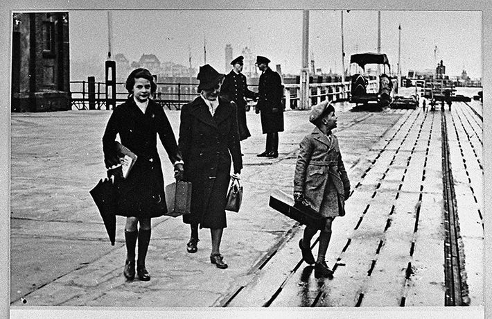 Gudrun Dessau with her children Eva and Peter on Cuxhaven quay before leaving for New York, 1939, Akademie der Künste, Paul-Dessau-Archiv