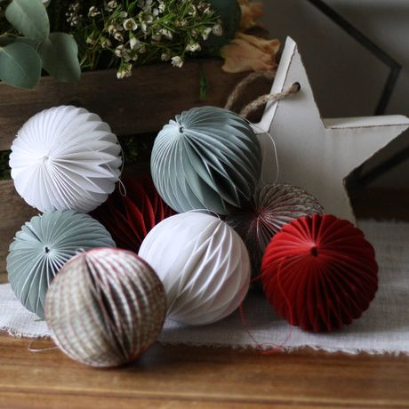 Christmas Honeycomb Paper Pom-Poms w. Helen Robson