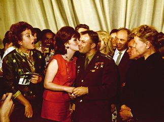 Yakov Khalip. A celebrity kiss. Yuri Gagarin and Gina Lollobrigida