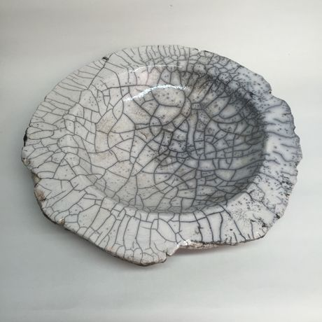 Bowl, 2010, approx. 8,7 x 42,3 x 42,3 cm, Raku fired ware, 1000° C, oxide, semi-transparent glazing; Photo: Semjon H. N. Semjon