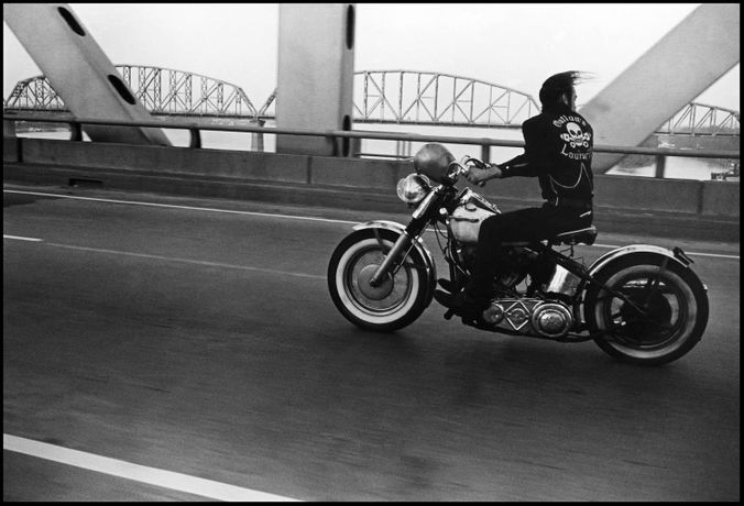 © Danny Lyon, Crossing the Ohio River, Louisville, 1966