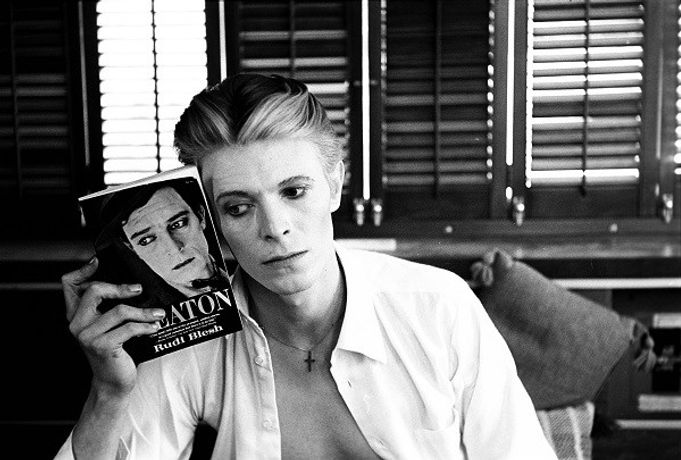Steve Schapiro David Bowie with Buster Keaton Book. New Mexico, 1975 © Steve Schapiro, courtesy of Fahey/Klein Gallery, Los Angeles