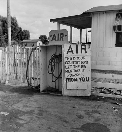 Gas station, Kern County, Californie (Lettuce Strike) 1938 Dorothea Lange © The Dorothea Lange Collection, the Oakland Museum of California, City of Oakland
