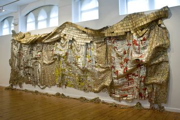 El Anatsui, Skylines?  2008. Aluminium and copper wire. 300 x 825cm. Photo: Jonathan Greet.  Image courtesy October Gallery London