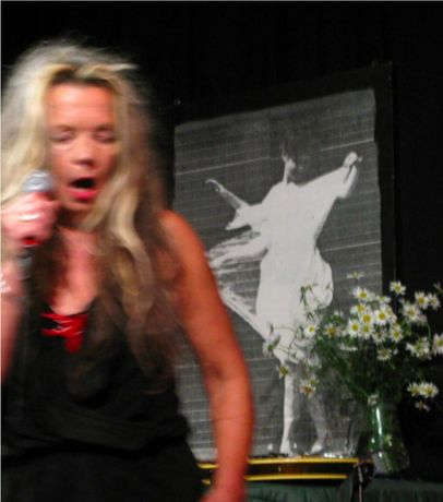 Eve Libertine performing