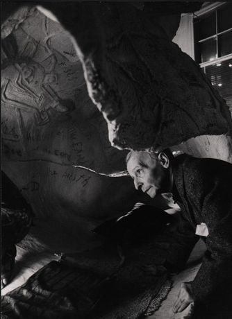 "Friedrich Kiesler during his work on the sculpture ""Bucephalus"", around 1964 Photo: Adelaide de Menil © Friedrich Kiesler Stiftung"