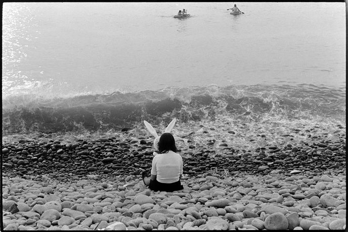 Holidaymakers by the sea, Westward Ho! 1973, Documentry photograph by James Ravilious for the Beaford Archive © Beaford Arts