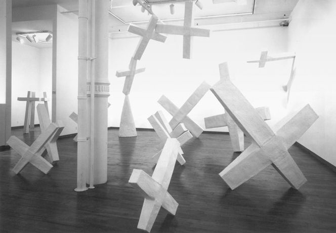Inge Mahn, Fallende Kreuze, 1991 Plaster Courtesy of the artist & Galerie Max Hetzler, Paris l Berlin l Londres