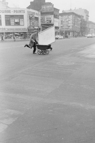 John Cohen, Red Grooms transporting artwork to Reuben Gallery, New York, 1960. Gelatin silver print, 10 x 6 3/4 in. © John Cohen