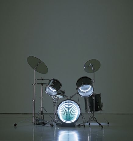 Ivan Navarro, Drums (2009). Neon, plywood, metal, mirror and electric energy. 122 x 160 x 122 cm. Courtesy the artist and Gallery Hyundai.