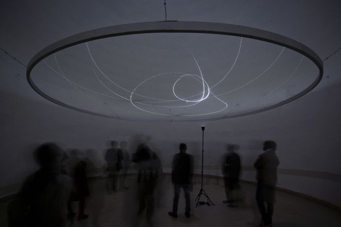 Ivana Franke: In the Faraway Past and in the Future, 2014. Aluminium construction, LED lights, control units, monofilament. Diameter 600 cm, Courtesy Insert2014, Foto: Umang Bhattacharya
