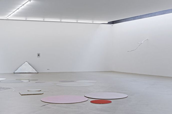 Installation view «Joëlle Tuerlinckx. NOTHING FOR ETERNITY», photo: Gina Folly