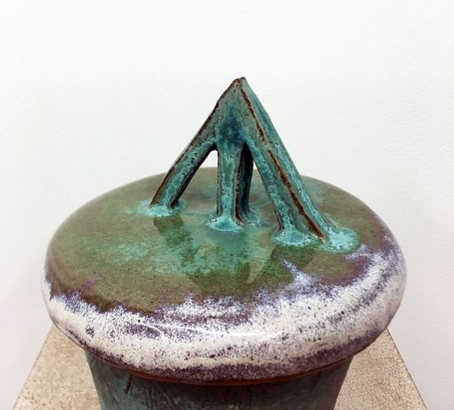 Juliet Fleming and Sarah-Joy Ford, Arrow, 2018, glazed ceramic stoneware, 35x25x20cm. Photo: courtesy of the artists