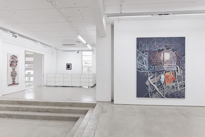 G2 installation view with artworks by Henriette Grahnert, Jochen Plogsties and Mirjam Völker. photo by Dotgain.info © G2 Kunsthalle, Leipzig. Courtesy of the artists
