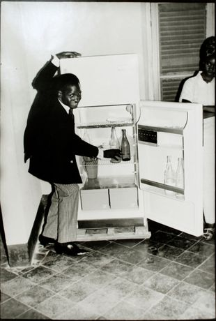 Me Alone at the Fridge, 1968 | © Malick Sidibé / Courtesy HackelBury Fine Art, London