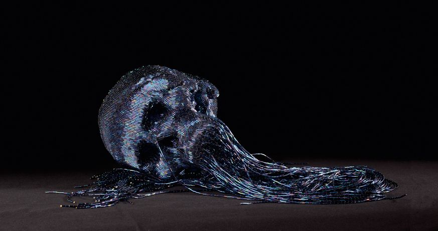 Jim Skull, Untitled, 2009, papier maché, perles de verre 1930, 90 cm, Photo C.Lebedinsky