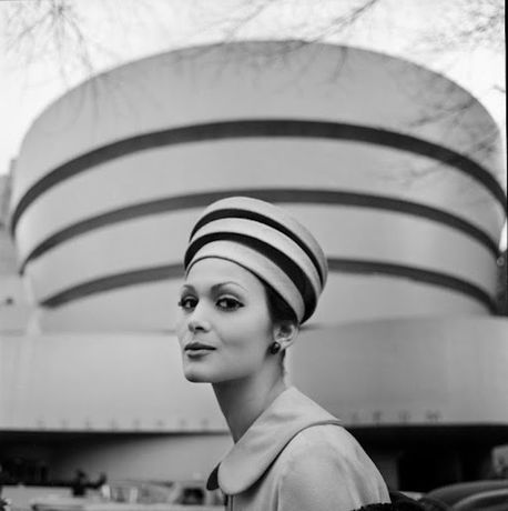 ©Tony Vaccaro, Guggenheim Hat, New York, 1960 Courtesy of Monroe Gallery of Photography