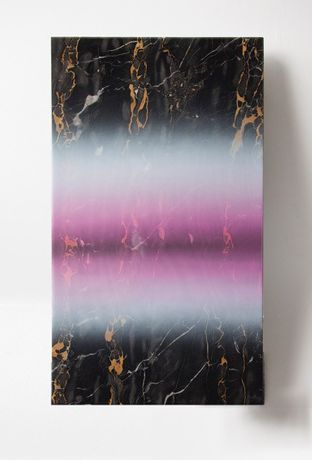 Mathias Kessler Untitled (Cape Cod pink haze), 2015 Braune Marmorplatte, Sprühfarbe mit Farbverlauf/Brown marble slab, gradient spray paint 45 × 75 cm Courtesy Galerie Heike Strelow