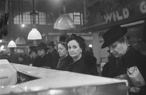 Roman Vischniac l Customers waiting, New York, 1941-44