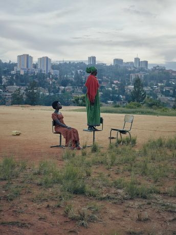 Olaf Heine, Rwandan Daughters, Gloriose U. with her daughter Alice, Kigali, 2018, C-Print © Olaf Heine, 2019 Supported by Volkswagengroup Culture. Catalogue published by Hatje Cantz Berlin