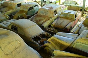 Historic car wreck on car cemetery in Kaufdorf.   Foto: Norbert Aepli. Own work  (Creative Commons CC-BY-3.0)