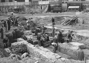 Visitors at the excavation site in 1954. © The Times / News Syndication