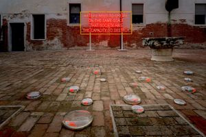 In alto: Lauren Bon e Metabolic Studio, Artists Need to Create on the Same Scale that Society Has the Capacity to Destroy, 2019. Courtesy gli artisti. In basso: Maya Lin, Water Water Everywhere, Not a Drop to Drink, 2019. Courtesy l'artista e Pace Gallery, New York. Foto ©VeniceDocumentationProject