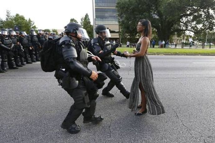 Current Issues - First Prize, Single Images © Jonathan Bachman, Reuters On July 9, 2016, during a protest against police brutality before the Baton Rouge Police Department, Louisiana, USA, activist Ieshia Evans faces the advancing police officer and stretches out her hands , ready to be arrested.