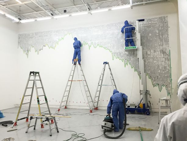 "Installation process of ""Icarus Falls, 2016, architectural intervention with economic forecast © Yoi Kawakubo"